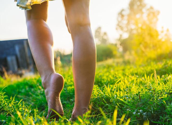 Barfuß über die Wiese laufen
