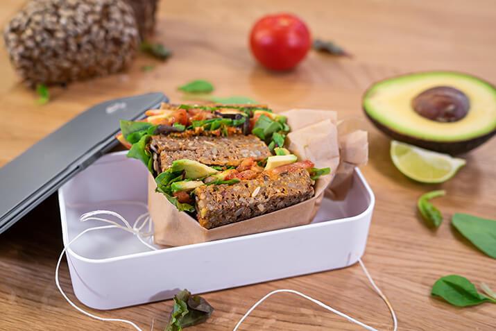 vegane Avocado-Vollkornstulle mit tomatisierter Bohnencreme