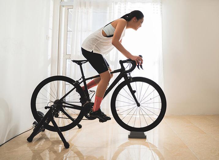 Ein Rennrad, das zum Training mit einer festen Rolle genutzt wird.