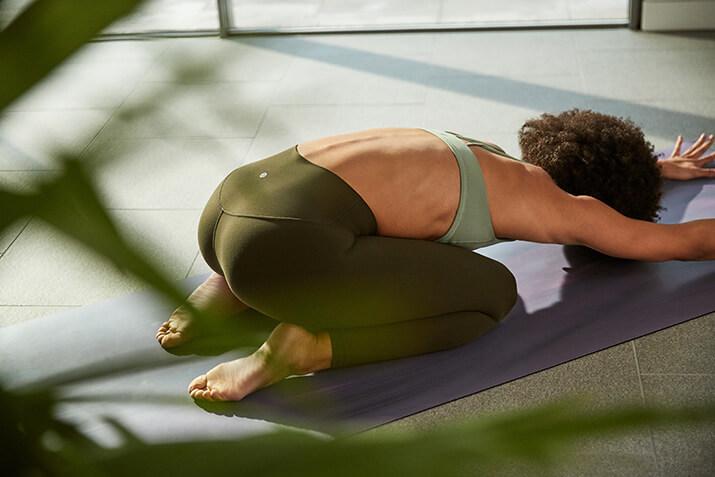 Schurwolle, Kunststoff oder doch ein anderes Material? Nimm dir Zeit, um deine perfekte Yogamatte zu finden.