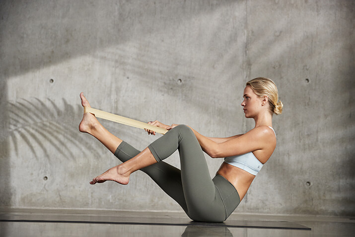 Wenn du noch nicht so beweglich bist, kann dir ein Yogagurt eine Hilfe sein.
