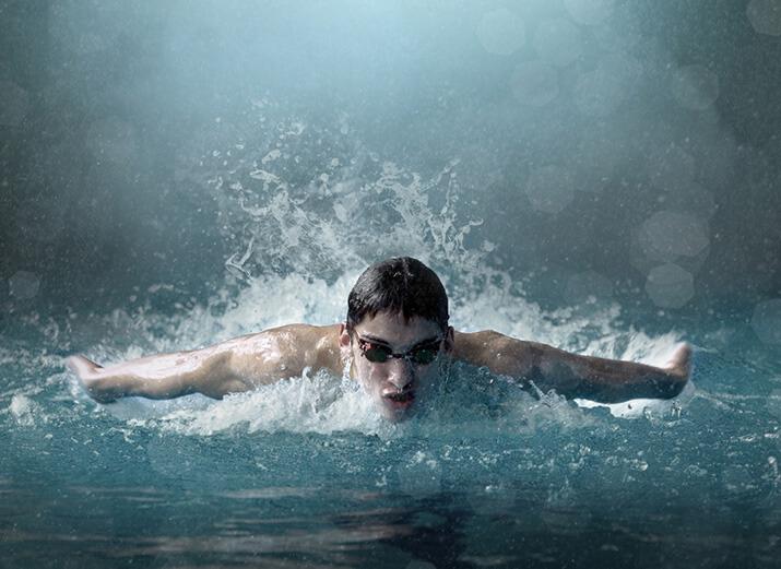 Ein Schwimmer beim Delfinschwimmen.