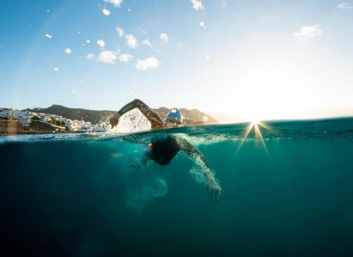 Ein Schwimmer im Freiwasser