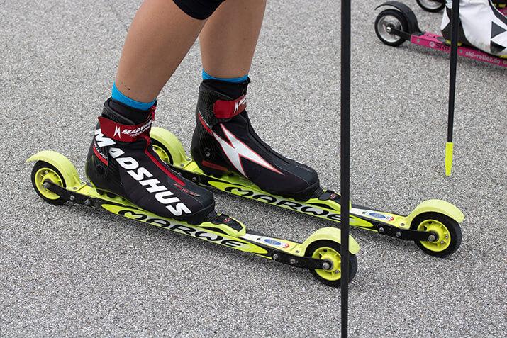 Skating-Rollski mit Spritzschutz für Biathleten