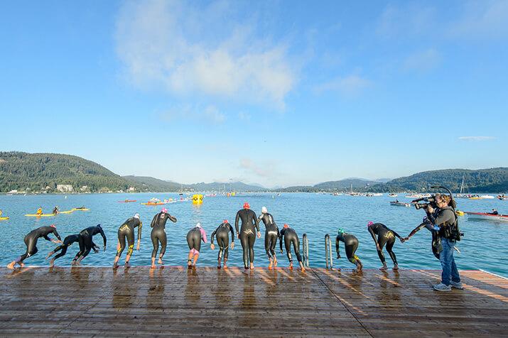 Der Start: Triathleten beim Sprung ins Wasser
