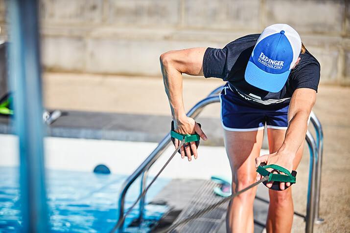 Triathletin Daniela Bleymehl beim Zugseiltraining am Beckenrand