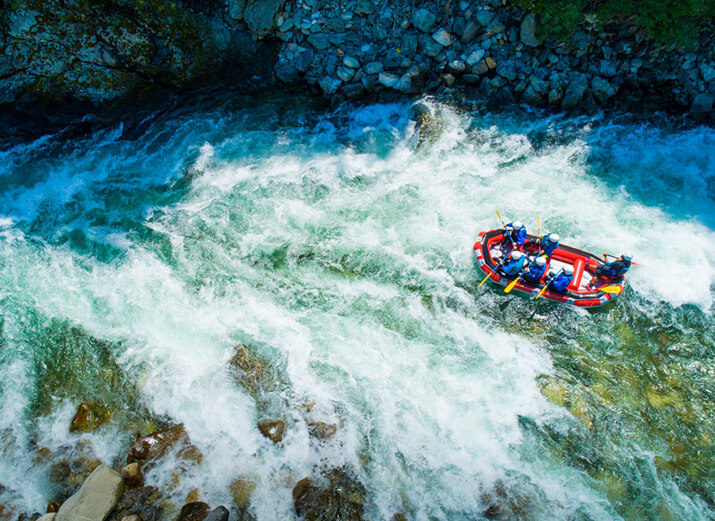 Wildwasser-Rafting auf reißendem Fluss
