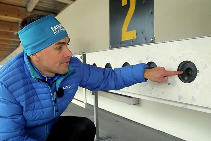 Michael Greis zeigt die Größenverhältnisse der Ziele im Biathlon