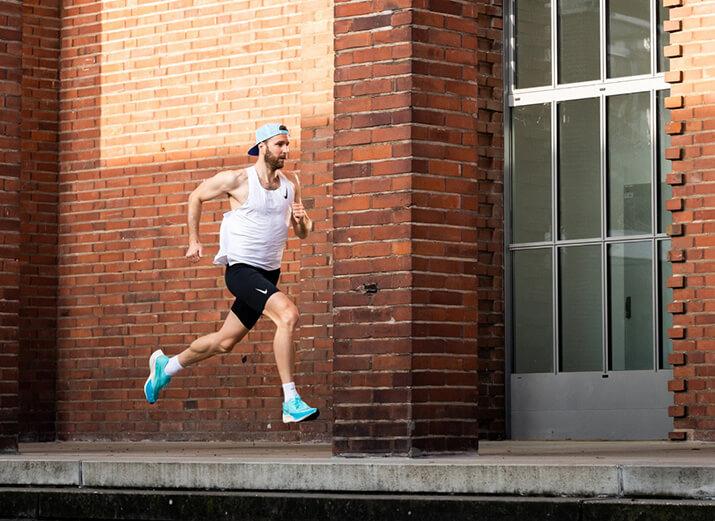 Ein Läufer trainiert auf einer Treppe.