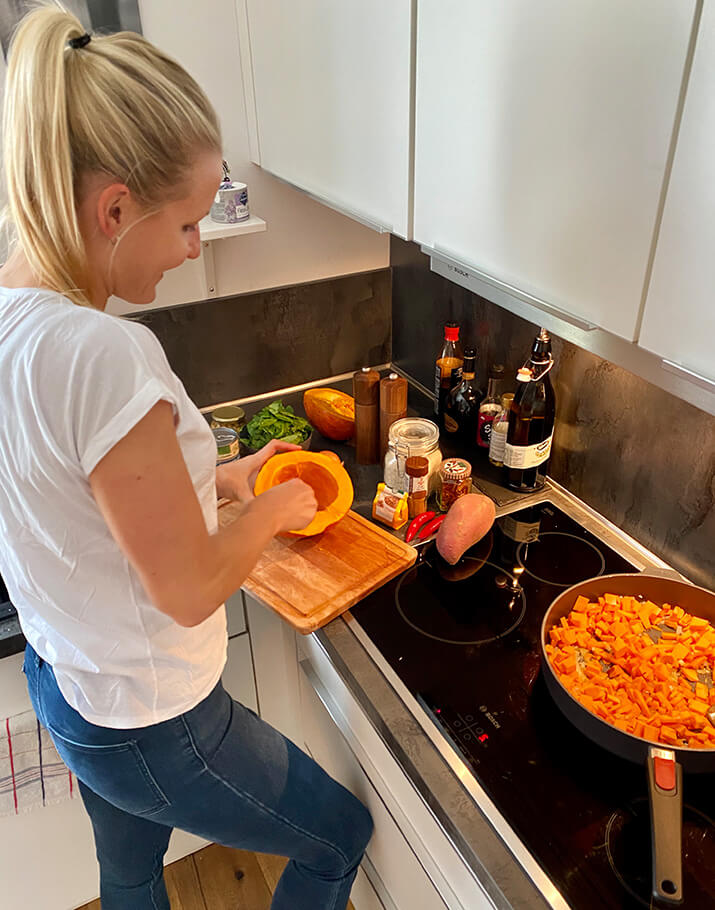 Eine Frau steht in der Küche und kocht.