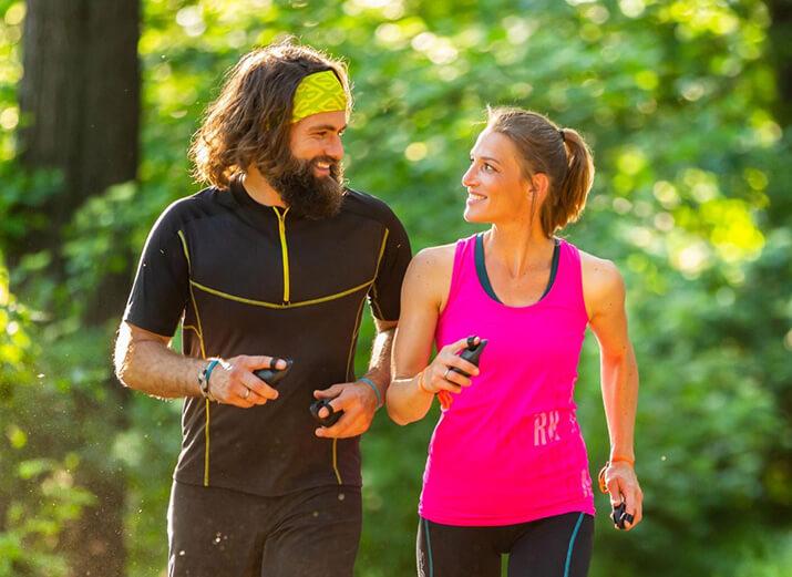 Zwei Sportler bewegen sich mit der LAUFMAUS® im Wald.