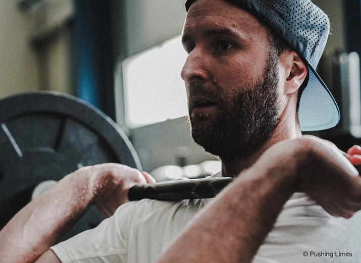 Ein Sportler trainiert mit einer Langhantel.