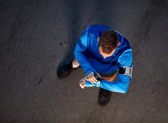Ein Läufer überprüft seine Smartwatch.