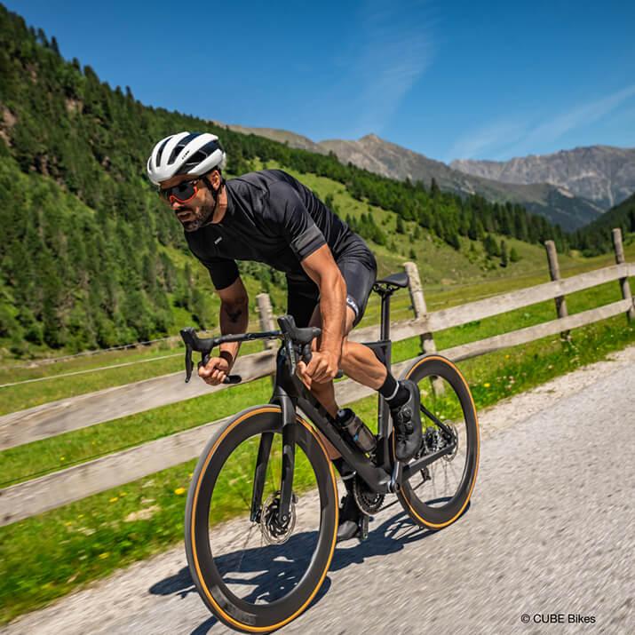 Ein Radsportler setzt zu einem Sprint an.