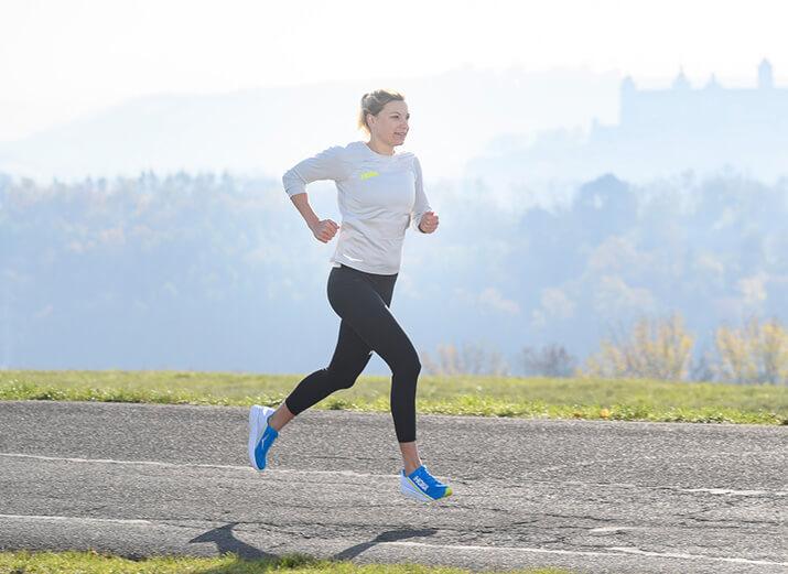 Eine Frau joggt auf einer Straße.