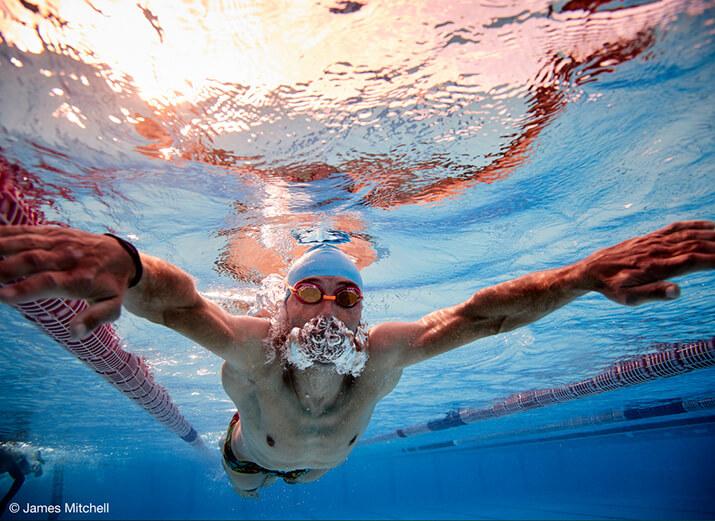 Unterwasseraufnahme eines Schwimmers beim Brustschwimmen