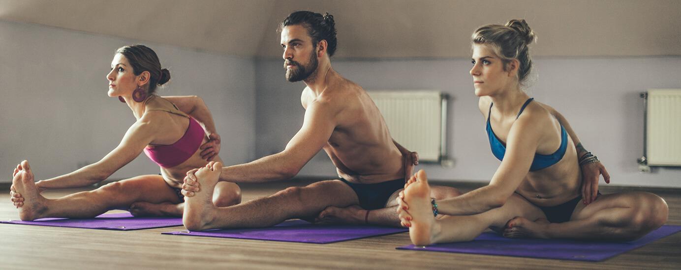 Hot Yoga: Wie Asanas in der Hitze deinen Körper stärken